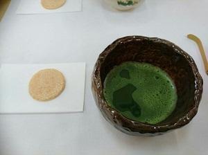 写真3  お菓子と茶器.jpg